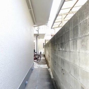 建物正面からこの横道を通って階段へ向かいます。