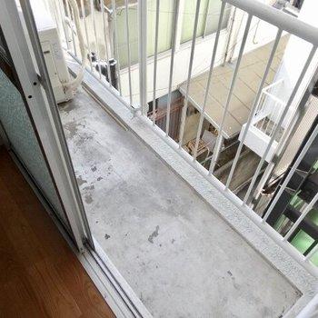 【洋室5.5帖】バルコニーは狭いので、定期的なお洗濯が必要かな。