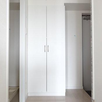 玄関には大きめシューズクローゼット。(※写真は10階の同間取り別部屋です)