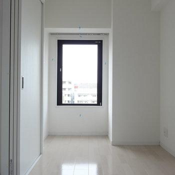 洋室にはこんな出窓もありました。(※写真は10階の同間取り別部屋です)