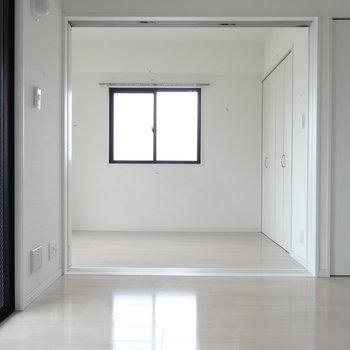 リビングから洋室を見ると・・。小窓があるのでさらに明るく。(※写真は10階の同間取り別部屋です)