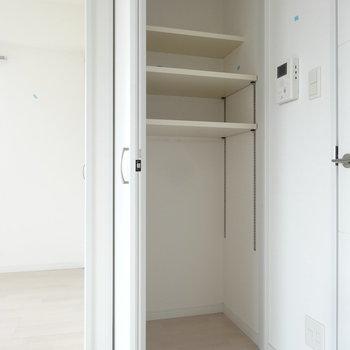 リビングの収納は、使い勝手もいい可動棚になってます。(※写真は10階の同間取り別部屋です)