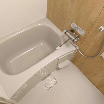 新品の浴室には木目シートでお部屋とおそろいに!