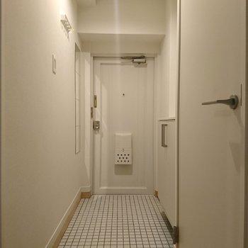玄関には白いタイルで新たな気持ちでお迎えします!