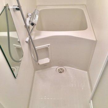 トイレの前にお風呂。小さいけど深さはあります。※写真は5階同間取り別部屋のものです