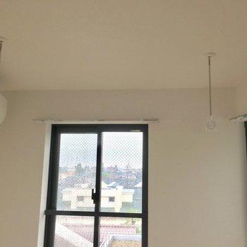 物干しスペース、窓からもエアコンからも風でよく乾きそう。※写真は5階同間取り別部屋のものです