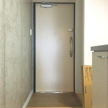 シンプルな玄関。※写真は5階同間取り別部屋のものです