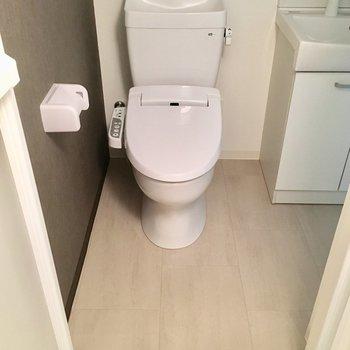 洗面台の横にトイレ。グレーのクロスがシック。※写真は5階同間取り別部屋のものです