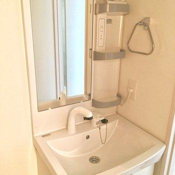 サニタリールーム。ピカピカ洗面台。※写真は5階同間取り別部屋のものです