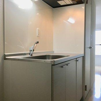 廊下にあるタイプのよくあるキッチン。※写真は5階同間取り別部屋のものです
