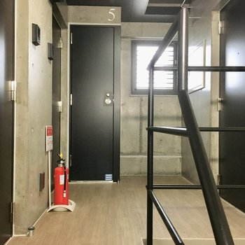 5階の共用部。左手前のドアです。