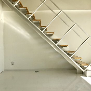 【下階洋室】階段にドライフラワーをつるしたい。左側の収納スペースは、、※写真は通電前のものです。
