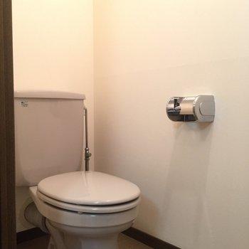 トイレはこじんまりとかわいげ。(※写真は4階の反転間取り別部屋のものです)
