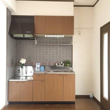 冷蔵庫スペースはコンパクト。(※写真は4階の反転間取り別部屋のものです)