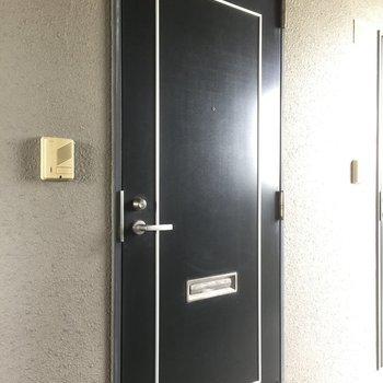 玄関はブラックで男前。(※写真は4階の反転間取り別部屋のものです)