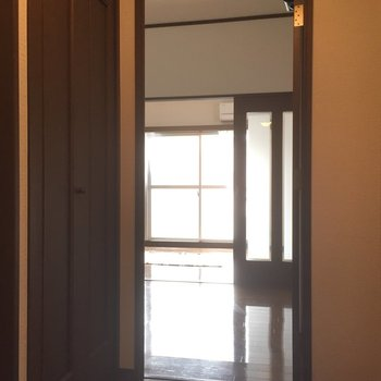 玄関前から見るとこんな感じ。(※写真は4階の反転間取り別部屋のものです)