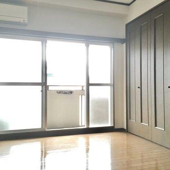 洋室は6帖。3つの窓からしっかり光が入ります。