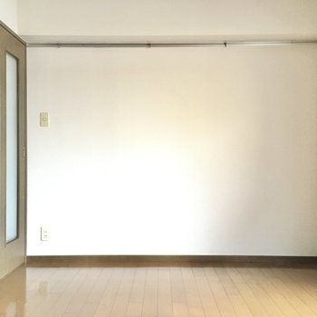 ベッドは左ドア側に。テレビ端子は右側なのでテレビは壁付けですね。