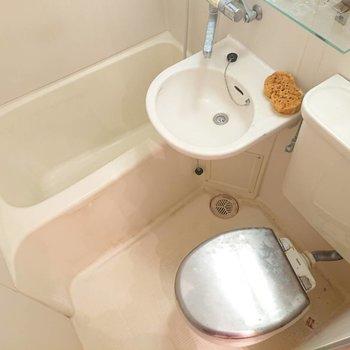 浴槽仕切るためのカーテンレールあります※写真はクリーニング前のものです。