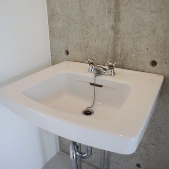 洗面台もシンプルなデザイン。