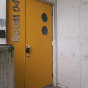 黄色い玄関ドア
