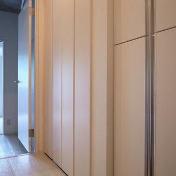 玄関入ると収納が有りますよ〜※写真は2階の似た間取り別部屋のものです。