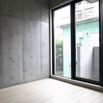 窓が大きいのも侮れない。※写真は2階の似た間取り別部屋のものです。