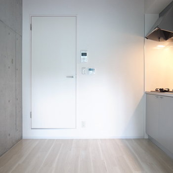 キッチンスペースには軽いダイニングセットなど置けそう。※写真は2階の似た間取り別部屋のものです。