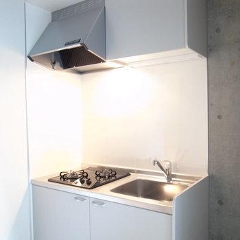 グレーのキッチン綺麗。※写真は2階の似た間取り別部屋のものです。