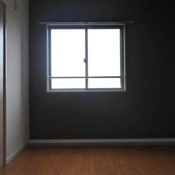 寝室の壁は暗めでシック。落ち着いた空間になっています。(※写真は9階の同間取り別部屋のものです)