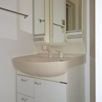 洗面台は大きめです。(※写真は9階の同間取り別部屋のものです)
