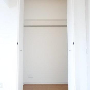 開けてみるといたって普通のクローゼット。ですが・・・(※写真は9階の同間取り別部屋のものです)