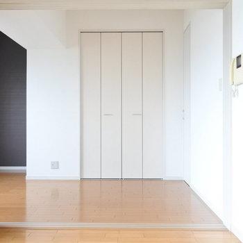 寝室には収納スペースもあります。(※写真は9階の同間取り別部屋のものです)