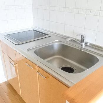 キッチンは1人暮らしにちょうどいい大きさ。IHなので掃除もかんたん♪(※写真は9階の同間取り別部屋のものです)