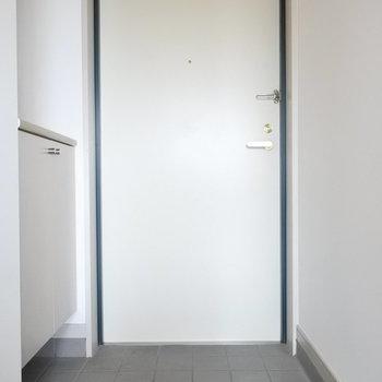 玄関もすっきりシンプル仕様。(※写真は9階の同間取り別部屋のものです)