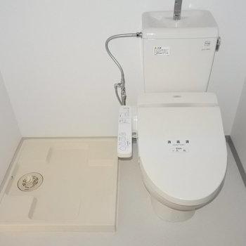 トイレの横は洗濯機置き場。(※写真は9階の同間取り別部屋のものです)