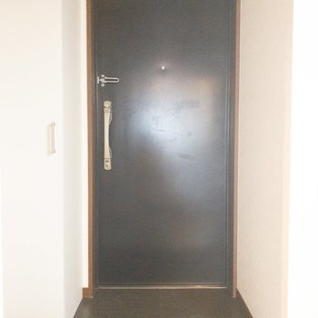 靴の脱ぎ履きがしやすい余裕のある玄関。(※写真は4階の同間取り別部屋のものです)