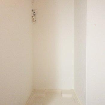 玄関すぐのところには洗濯機置き場。(※写真は4階の同間取り別部屋のものです)