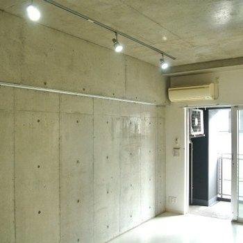 ライティングレールで照らす。※写真は12階の同間取り別部屋