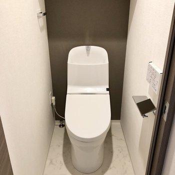 トイレは個室でウォッシュレット付きです。