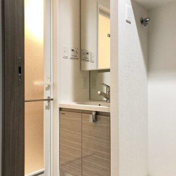 大きい鏡が付いたシンプルな洗面台。