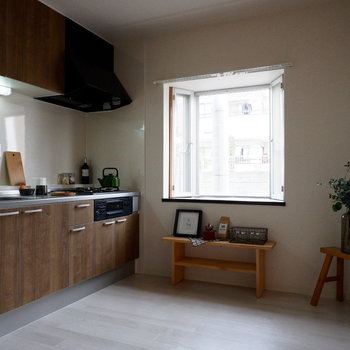 【LDK】出窓がついていて、キッチンも明るいです。※家具はサンプルです