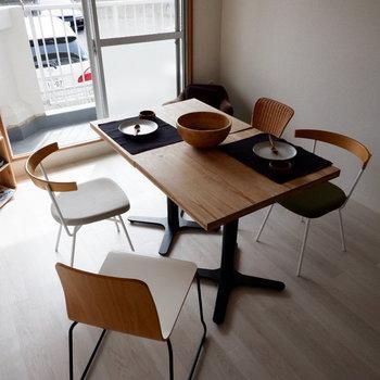 【LDK】4人がけのダイニングもゆったり置くことできますね。※家具はサンプルです
