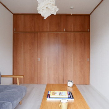 【洋室①】扉がこげ茶でアクセントに。※家具はサンプルです