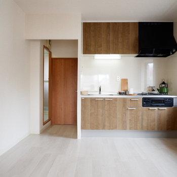 【LDK】2人で立つのに十分なキッチン。※家具はサンプルです