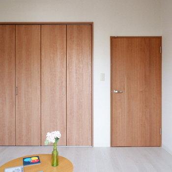 【洋室②】シンプルなお部屋で家具が映えますね。※家具はサンプルです