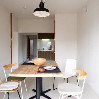 【LDK】白を基調としているので、黒の照明などで空間を引き締めましょう。※家具はサンプルです