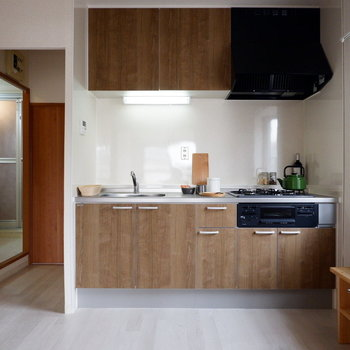 【LDK】キッチンも新しくなっています。※家具はサンプルです