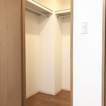 【洋室】ウォークインクローゼットには服をたくさん掛けられそう。