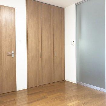 【洋室】LDKとの仕切り扉は透明で爽やかな感じがしますね。